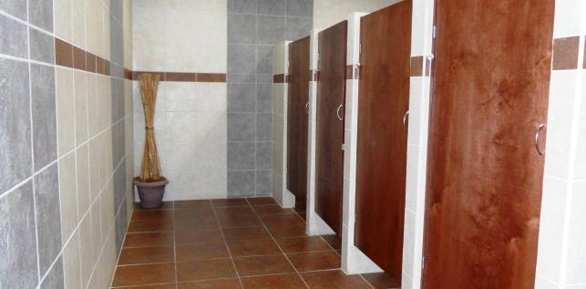 Baños Hombres Maquiladora: Azulejo, Puertas, Mamparas